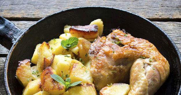 Muslos de pollo asados con manzana salteada y salsa de miel
