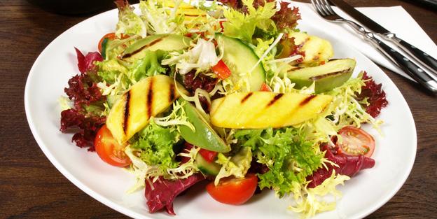 Gemischter Salat mit Mango und Avocado